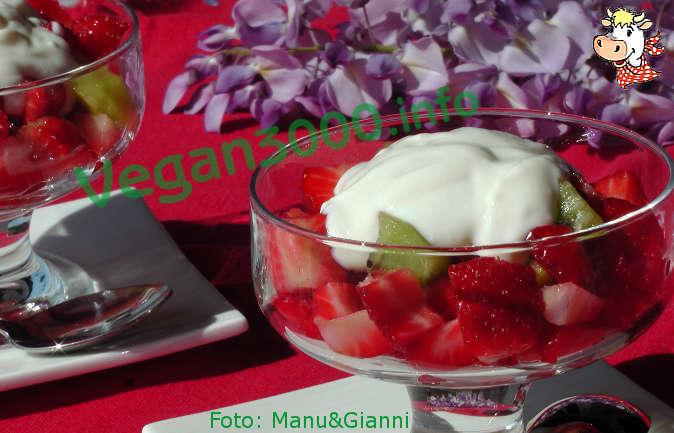 Foto numero 1 della ricetta Fragole e kiwi con yogurt di riso