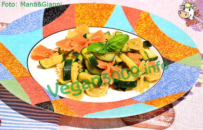 Foto numero 1 della ricetta Farfalle tricolori con zucchine saltate in padella