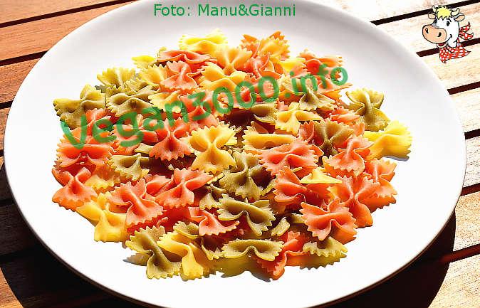 Foto numero 2 della ricetta Farfalle tricolori con zucchine saltate in padella